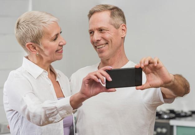 Homem e mulher tomando uma selfie