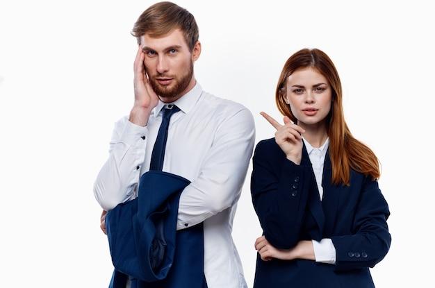 Homem e mulher trabalham colegas funcionários escritório profissional