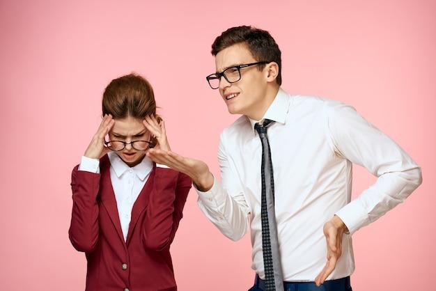 Homem e mulher trabalham colegas profissionais funcionários fundo rosa