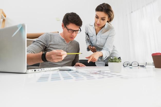 Homem e mulher trabalhando cuidadosamente em documentos de negócios