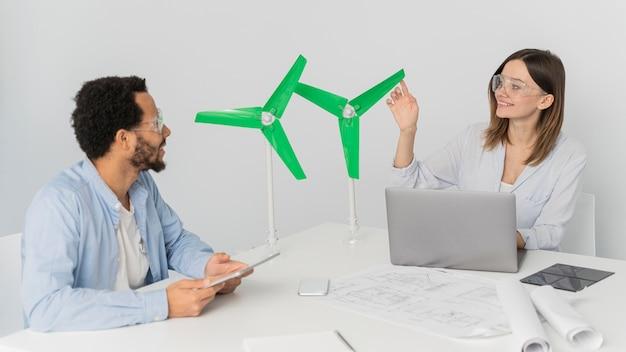 Homem e mulher trabalhando em inovações energéticas
