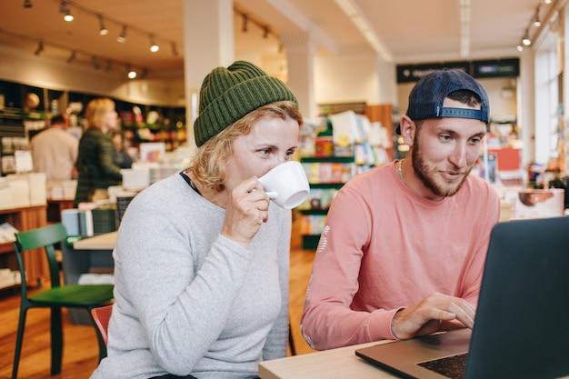 Homem e mulher trabalhando em projeto de laptop