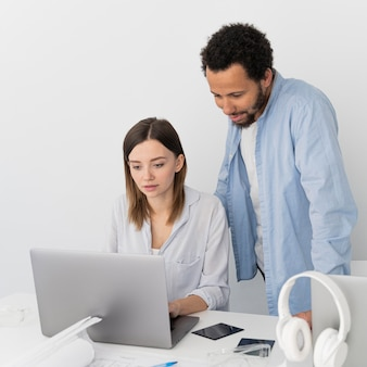 Homem e mulher trabalhando juntos em soluções de economia de energia