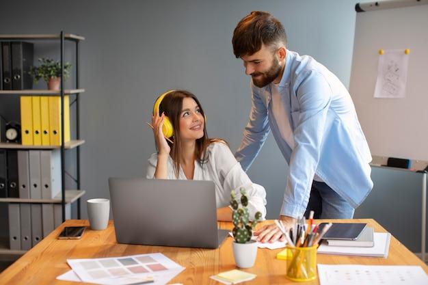 Homem e mulher trabalhando juntos em uma empresa iniciante