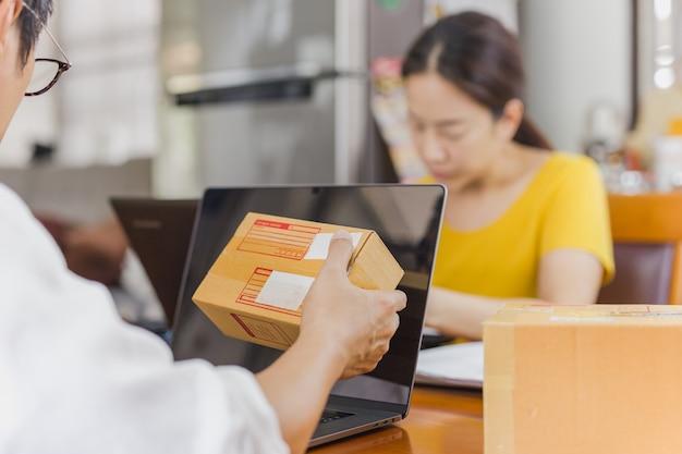 Homem e mulher trabalhando juntos no escritório