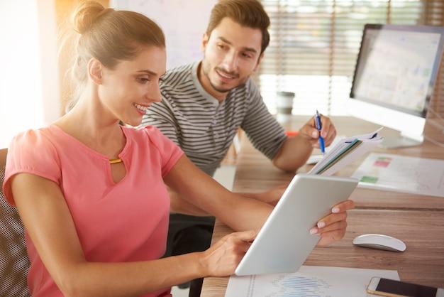 Homem e mulher trabalhando no escritório
