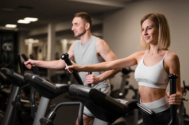 Homem e mulher treinando juntos