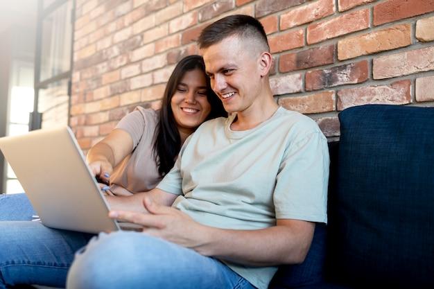 Homem e mulher usando laptop para fazer compras online