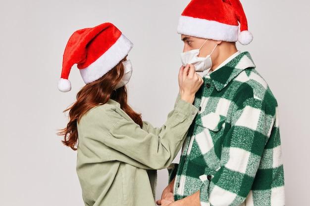Homem e mulher usando máscaras médicas cuidados proteção feriado de ano novo