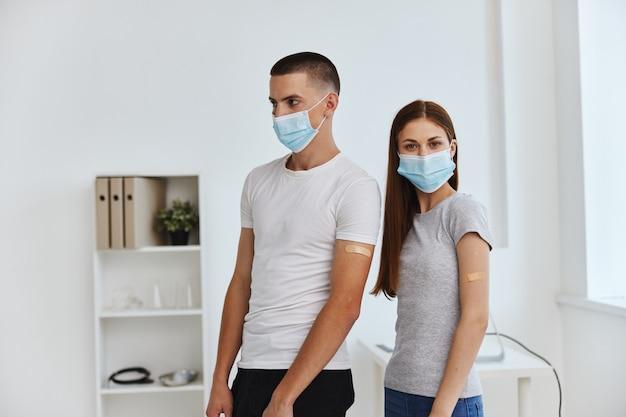 Homem e mulher usando máscaras médicas, passaporte de vacina para cuidados de saúde