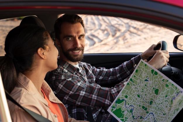 Homem e mulher viajando juntos de carro