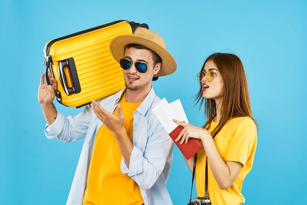 Homem e mulher viajante com uma mala ,, alegria, passaporte