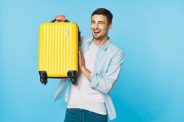 Homem e mulher viajante com uma mala, superfície colorida, alegria, passaporte