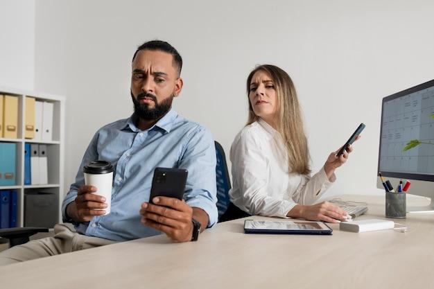 Homem e mulher viciados em seus telefones Foto gratuita