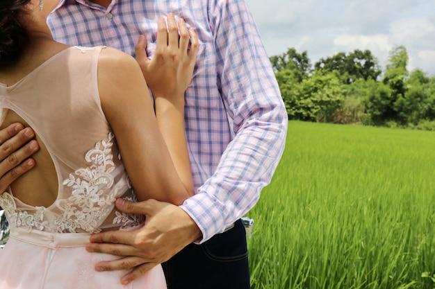 Homem, e, mulheres, amante, abraçando
