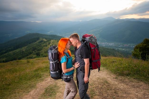 Homem e na estrada nas montanhas