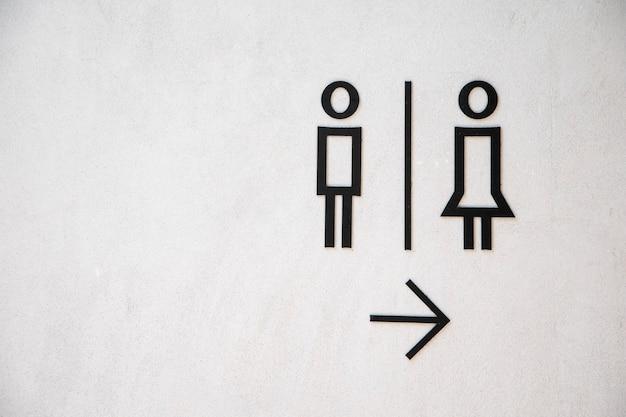 Homem, e, senhora, banheiro, sinal, branco, concreto, parede, fundo