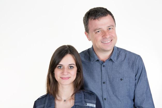 Homem e sua filha adolescente em pé