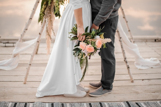 Homem e sua noiva em pé na cerimônia de casamento