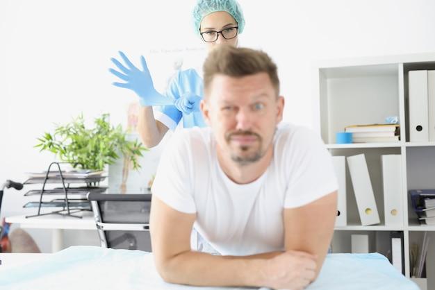 Homem é submetido a exame médico no consultório proctologista