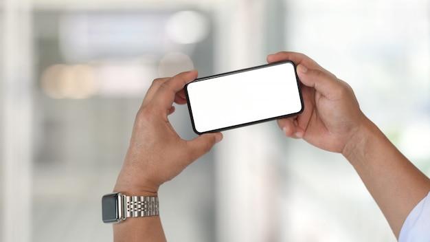 Homem e telefone móvel de tela em branco
