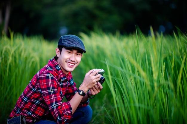 Homem e uma câmera tirando uma foto e sorrindo alegremente fotos para o seu negócio