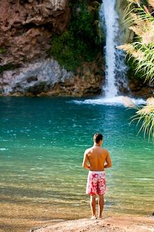 Homem e uma linda cachoeira