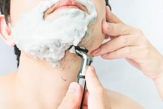 Homem, é, usando, shaver