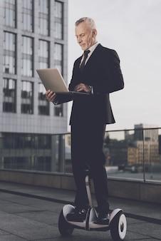 Homem, é, usando, um, laptop, ligado, gyroboard