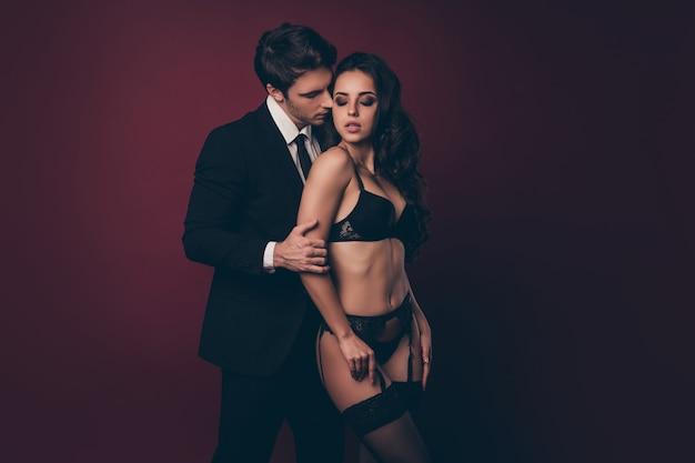 Homem elegante abraça mulher em roupa íntima