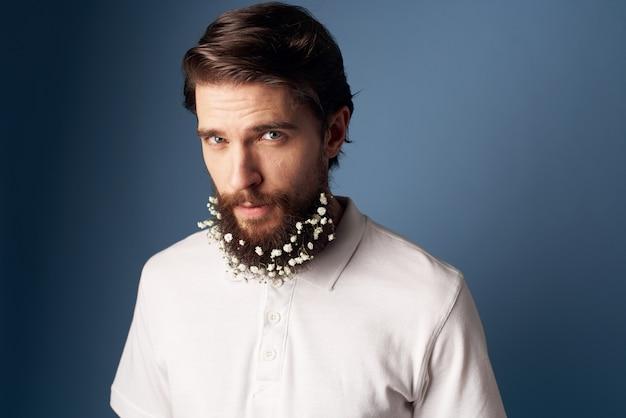 Homem elegante camiseta branca flores barba decoração feriado fundo azul