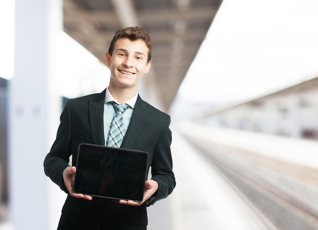 Homem elegante com um tablet