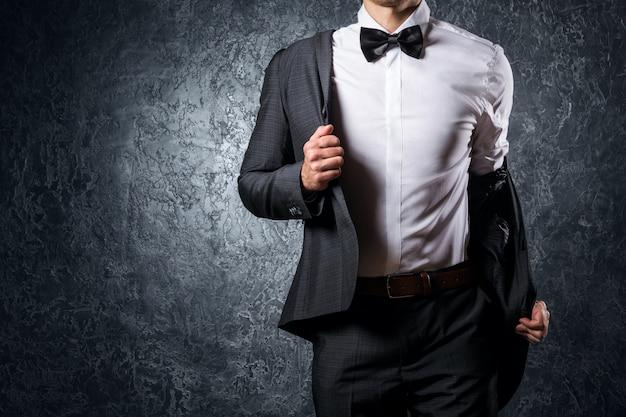Homem elegante de terno com gravata borboleta