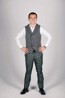 Homem elegante de terno xadrez em um cinza