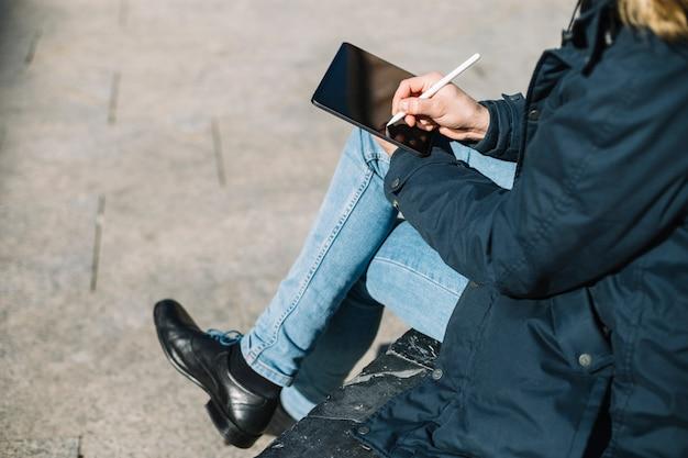 Homem elegante desenho no tablet