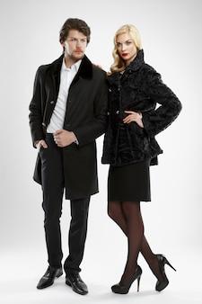Homem elegante e glamour mulher em casaco de pele posando