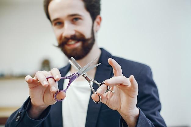 Homem elegante em pé em uma barbearia