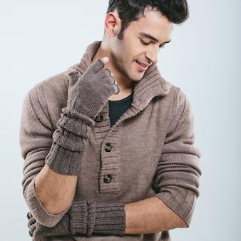 Homem elegante em roupas de malha de inverno