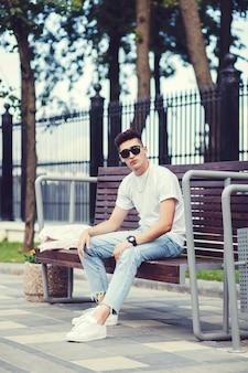 Homem elegante em t-shirt branca