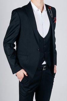 Homem elegante em uma jaqueta preta