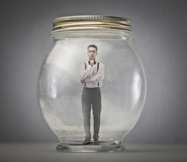 Homem elegante em uma jarra