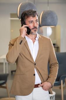 Homem elegante, falando no telefone