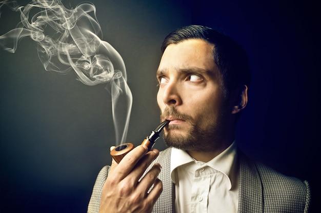 Homem elegante, fumando um cachimbo