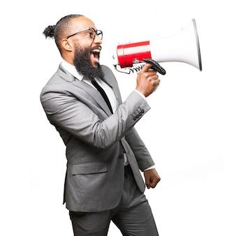 Homem elegante gritando em um megafone