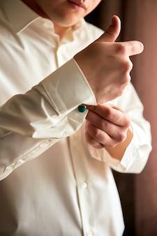 Homem elegante moda jovem vestindo-se para a festa de casamento.