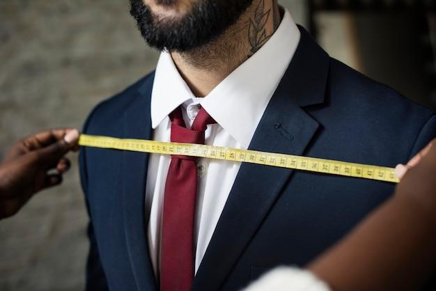 Homem elegante na alfaiataria