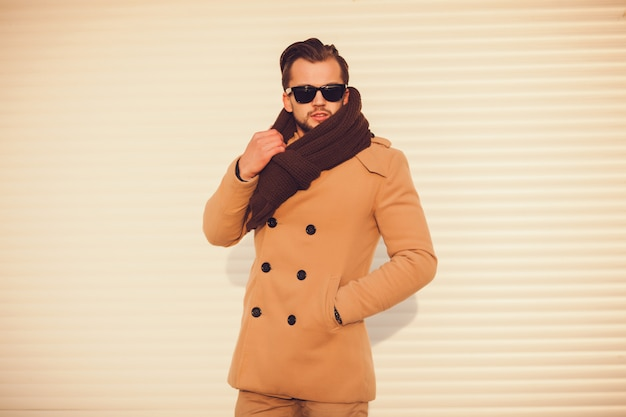 Homem elegante no casaco ao ar livre