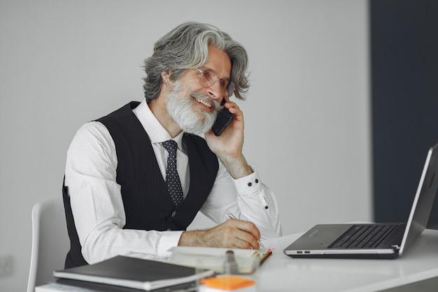 Homem elegante no escritório. empresário de camisa branca. homem trabalha com telefone.
