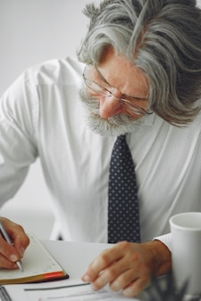 Homem elegante no escritório. empresário de camisa branca. o homem trabalha com documentos.