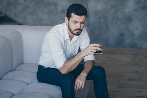 Homem elegante posando dentro de casa